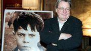 """Alan Parker, en février 200, devant l'affiche d'""""Angela's Ashes"""""""