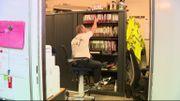 Dans son bureau, Olivier a une chaise télescopique pour pouvoir accéder à tout ce dont il a besoin.