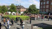 De nombreux fans sont à l'extérieur de l'église