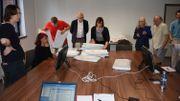 Des témoins des différents partis assistent aux recomptage