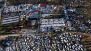 Une photo prise le 1er décembre 2019 montre une vue aérienne du camp de réfugiés officiel de Moria et du camp de fortune qui l'entoure, sur l'île de Lesbos