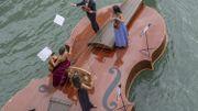Image du jour: le violon de Noé à Venise une immense barque flottant sur l'eau!