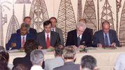 GàD, Roch Wamytan, dirigeant du FNLKS, Jean-Jack Queyranne, ministre des DOM-TOM, le Premier ministre Lionel Jospin, Jacques Lafleur président du RPCR, signent, le 05 mai, l'accord de Nouméa.