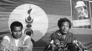 Le président du Front de libération nationale kanak socialiste (FLNKS) Jean-Marie Tjibaou (D) et son secrétaire général Yeiwéné Yeiwéné donnent une conférence de presse le 12 novembre 1988 à Nouméa, lors du 19e congrés de l'Union calédonienne. Les deux hommes ont été abattus le 05 mai 1989 par un membre de la tribu de Gossanah, Djubelly Wea, qui leur reprochait la signature des accords de Matignon.