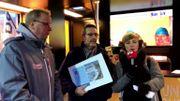 Paul Groos d'Halanzy remet son chèque dans le Viva for Life Tour...