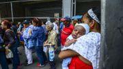Des Vénézuéliens font la file devant un supermarché pour acheter de la nourriture à Caracas.