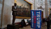 """""""No more bullshit"""" accroché au bras de la statue du président Gerald Ford."""