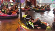 Des policiers en service sur les auto-tamponneuses de la foire
