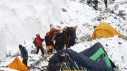 Les secouristes transportent un sherpa blessé dans l'avalanche, provoquée par le tremblement terre, sur le camp de base de l'Everest le 25 avril 2015