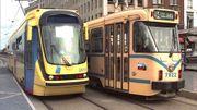 Un tram 2000 photographié en 1994, à côté d'un modèle plus ancien