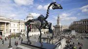 Un squelette de cheval chasse le coq bleu de Trafalgar Square