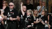 Johnny Hallyday aurait eu 75 ans ce vendredi: des fans en larmes lui rendent hommage (vidéos)
