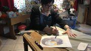 Barbara va donner vie à l'un de ses dessins dans l'atelier de Carine