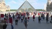 Réouverture du Louvre: 200 guides manifestent devant le musée pour réclamer des aides au gouvernement français
