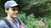Dorian enferme les fleurs avec les graines dans un sac en plastique pour empêcher que la balsamine de l'Himalaya ne puisse se ressemer
