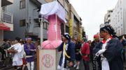 A Kawasaki, vibrant hommage à la fertilité avec des statues géantes de phallus en acier