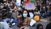 Les manifestants se sont ensuite agenouillés pendant une dizaine de minutes, un geste devenu un symbole de la lutte contre les discriminations aux Etats-Unis.