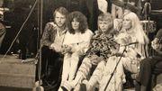 Le groupe ABBA en attente pendant une répétition sur un plateau de télévision belge
