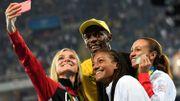 Usain Bolt monte sur le podium de l'heptathlon féminin pour immortaliser la performance de Nafi Thiam