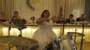 Regardez cette mariée se déchaîner à la batterie lors de sa réception de mariage