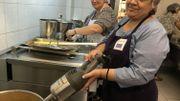 Dans l'atelier cuisine Horesol, Joëlle Coenen et une stagiaire préparent la soupe à base de légumes invendus