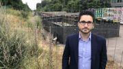 Matthieu Schnock, l'un des voisins de la nouvelle gare RER de Boitsfort conteste la validité des travaux d'une loge de signalisation à côté de chez lui.