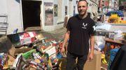 Nadir El Hajjaji, commerçant dans le centre de Dison, nettoie son commerce.
