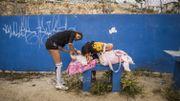 Olivia, 19 ans, est venue avec sa fille de 8 mois. Elle joue avec sa mère et sa cousine. Miguel Maldonado, coach à l'académie Gonzo, voit dans le football un moyen de prévenir les grossesses précoces, nombreuses dans le pays.