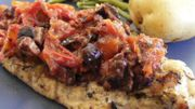 Filets de poulet grillés aux herbes fraîches et tomates confites