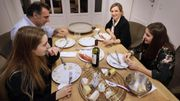 Vin et fromages pour cette intrusion dans une famille française.