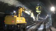 Dans ce tunnel, un rail est appelé à remplacer les fils caténaires fixés au plafond