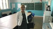 Faute d'espace adapté, la directrice de l'école numéro 13 a dû installer la salle des profs dans une salle de classe. Elle écrit chaque matin les communications à faire à ses instituteurs sur le tableau noir.