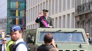 Le roi Philippe passe les troupes en revue avant le défilé.