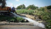 Un camion déverse des eaux usées dans un canal près du Danube, dans les environs de Belgrade, le 27 juillet 2020.