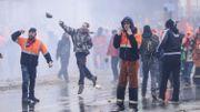 Des manifestants lancent des projectiles en direction des forces de police