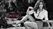 Guess dévoile le premier cliché de sa campagne avec Jennifer Lopez