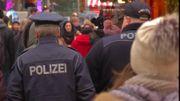 Des policiers patrouillent à l'intérieur du marché de Noël