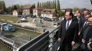 François Hollande visite les bords du canal à Nogent-sur-Oise (Oise) le 5 avril 2017