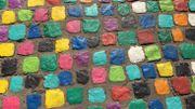 Chaque pavé a été peint à la main par les habitants du quartier