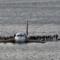 Le 15 janvier 2009, un avion de ligne amerrit en catastrophe dans la rivière Hudson, au coeur de New York. L'appareil avait perdu ses deux moteurs à la suite d'une collision avec des oiseaux au décollage. Les 155 passagers sont miraculeusement tous indemnes, notamment grâce à la réactivité du pilote, le capitaine Sullenberger. A voir absolument le dimanche 15 janvier sur la Une à 22h35.