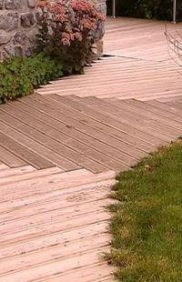 Sentier en bois qui donne un effet de dallage avec un ton gris et un ton blanc