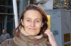 Isabelle Spaak devant le buste de son grand-père Paul-Henri Spaak