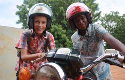 Robin et Abdoul avec la moto de vaccination