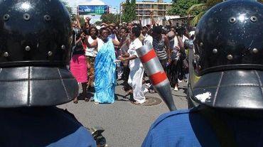 Des manifestants face à la police à Bujumbura, le 10 mai 2015