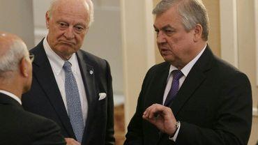 L'émissaire spécial de l'ONU Staffan de Mistura (g) et le médiateur russe Alexander Lavrentiev, le 4 mai 2017 à Astana