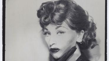 Cindy Sherman, 1975, Malgré l'engouement suscité par le travail de certains artistes, comme Cindy Sherman, la photographie reste le médium le plus abordable comparé à la peinture ou à la sculpture.
