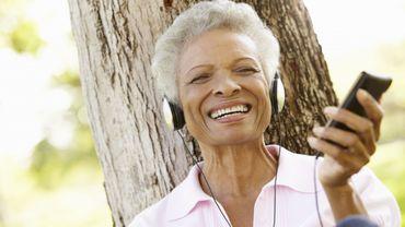 Les malades souffrant de démence et d'Alzheimer réagissent positivement à l'écoute de leur musique préférée