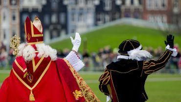 Saint Nicolas et le Père Fouettard vont à la rencontre d'enfants, le 6 décembre 2015 à Amsterdam.