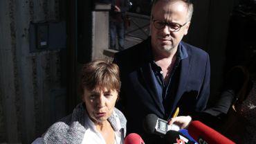 Christophe Deloire, secrétaire général de Reporters sans frontièrs (RSF) et la mère du photographe emprisonné, Danielle Van de Lanotte devant l'ambassade de Turquie à Paris le 25 mai dernier.