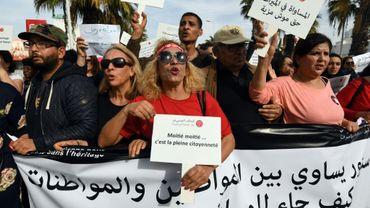De Tunisiens, en majorité des femmes, défilent à Tunis pour réclamer l'égalité des sexes en matière d'héritage, le 10 mars 2018
